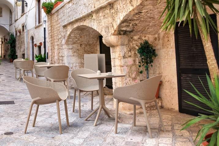 Beżowe krzesło ogrodowy Sky z ażurowym siedziskiem